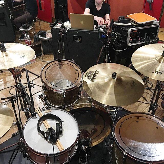今日はワタクスの唯一のパーマネントバンド、#スマッシュドライヴ  の #プリプロ 用の #ドラム 録りでした。メンバーの #レコーディング の段取りや #DAW スキルが超上がってて感動。